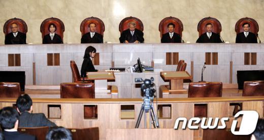 19일 오후 서울 서초구 대법원 대법정에서 열린 국가공무원법위반 등에 관한 전원합의체 선고에서 양승태 대법원장(가운데)이 모두발언을 하고 있다.  News1 박세연 기자