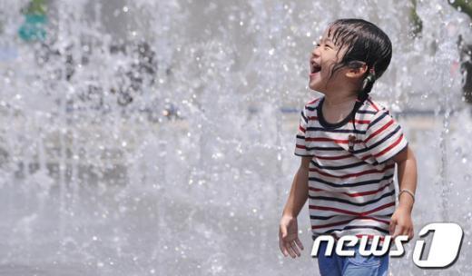 19일 오후 서울 광화문광장 분수대를 찾은 어린이들이 물놀이를 하고 있다.  News1 양동욱 기자