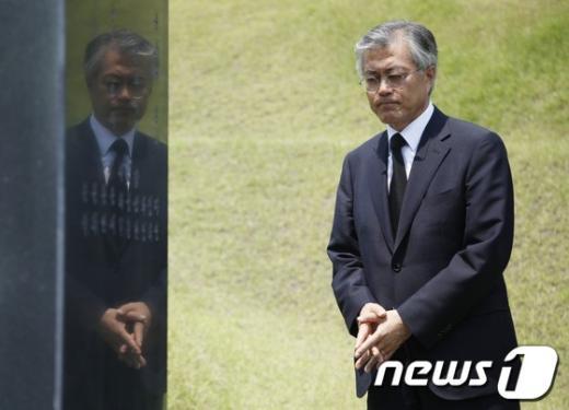 [사진]김대중 전 대통령 묘역찾은 문재인 의원