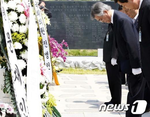 [사진]문재인, 김대중 전 대통령 묘역 참배