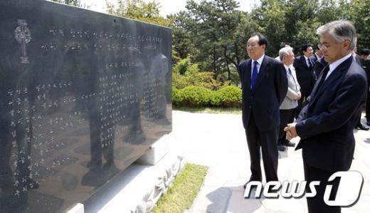 [사진]문재인 '김대중 생각'