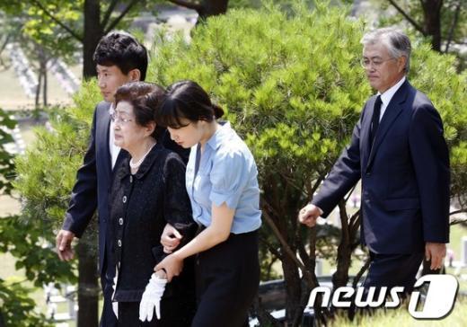 [사진]문재인 의원, 김대중 전 대통령 묘역 참배