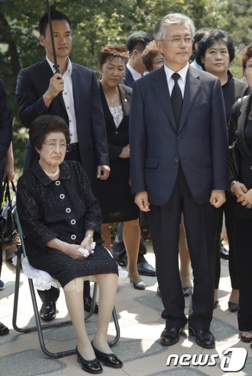 [사진]김 전 대통령 묘역 바라보는 문재인
