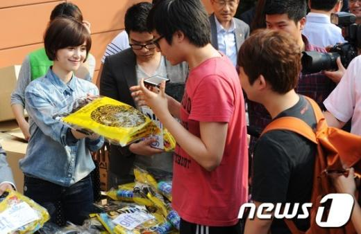 [사진]간식 주는 구혜선