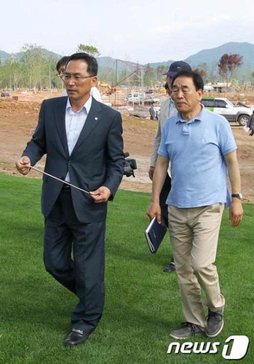 [사진]국제정원박람회 공사현장 점검하는 이재오 의원