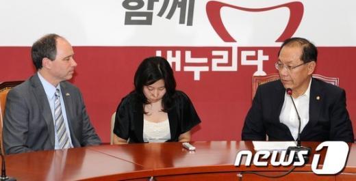 새누리당 황우여 대표가 19일 서울 여의도 국회의사당 대표실을 방문한 스콧 와이어트 주한 영국대사와 환담하고 있다. 2012.6.19/뉴스1  News1 이종덕 기자