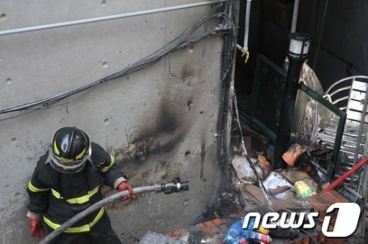 [사진]무심코 버린 담뱃불 폐지에 옮겨붙어 화재발생