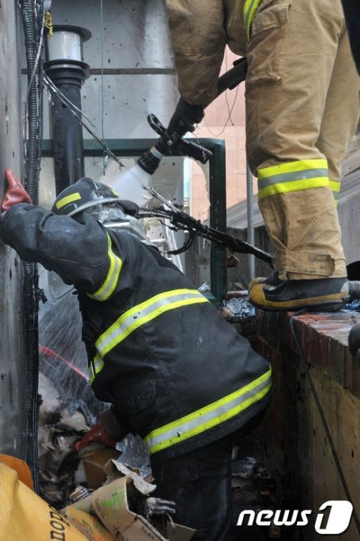 [사진]피우다 버린 담뱃불에 화재발생