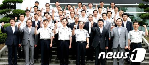 [사진]파이팅 구호 외치는 김기용 경찰청장
