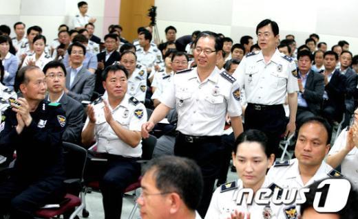 [사진]이청득심 간담회장으로 이동하는 김기용 경찰청장