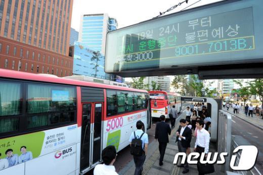 [사진]택시 전면파업, 버스 이용하는 시민들