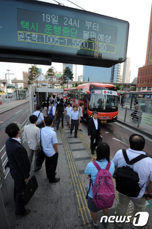 [사진]택시 전면파업 돌입, 버스 기다리는 많은 시민들