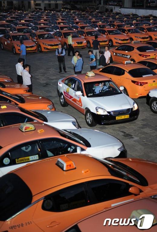 전국 택시업계가 자정을 기해 전면 파업을 예고한 가운데 20일 새벽 서울 자양동에 위치한 한 운수회사 택시들이 운행을 멈춘 채 줄지어 서 있다.  News1 이동원 기자