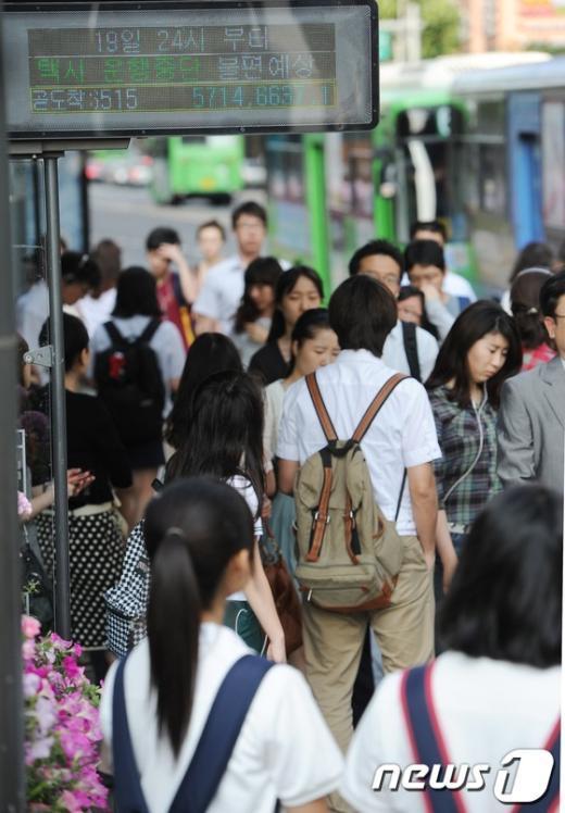 [사진]택시파업, 출근길 불편겪는 시민들