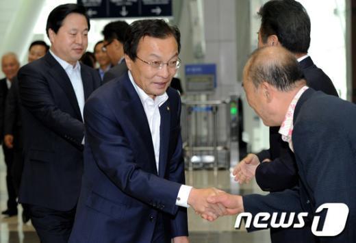 [사진]참석자들과 인사 나누는 이해찬-김두관