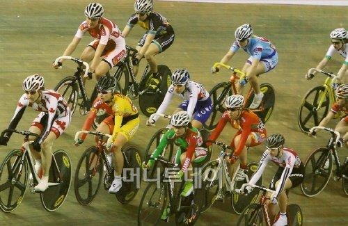 ▲ 세계 유력 선수들과 경쟁하는 나아름(가운데, 대한사이클연맹 자료)