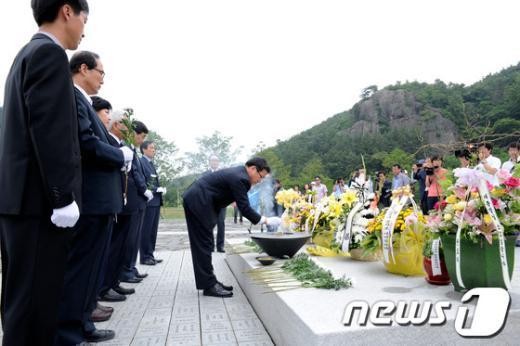 [사진]헌화하는 민주통합당 지도부