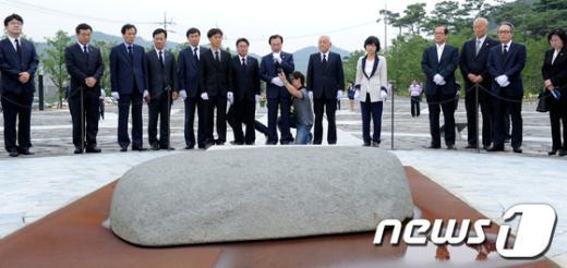 [사진]너럭바위 앞에 선 민주통합당 지도부