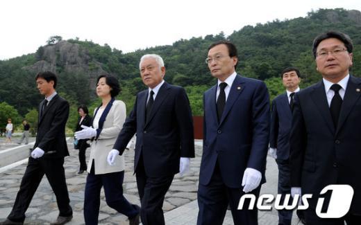 [사진]참배 마친 이해찬 대표와 최고위원단