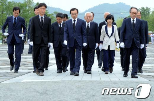 [사진]너럭바위 앞으로 향하는 민주통합당 지도부