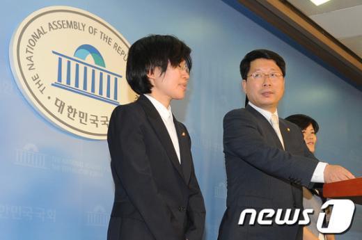 [사진]당원비대위 해산 기자회견 마친 오병윤 위원장
