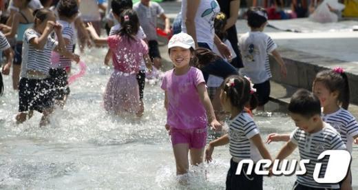 [사진]물놀이장 개장 '너무 신나'