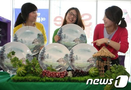 [사진]'원두막 도자기 이쁘죠?'