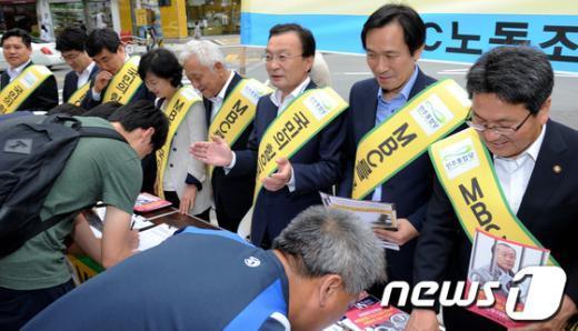 [사진]김해시민들 부르는 이해찬 대표의 박수