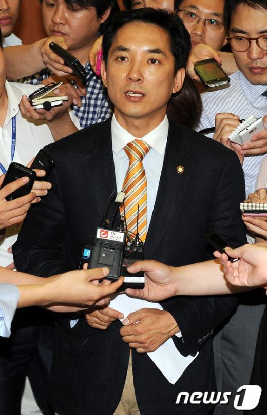 [사진]당원명부 유출 사건 관련 질문 답하는 박민식 의원