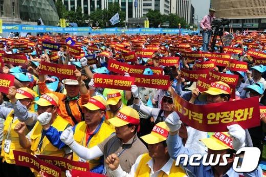 20일 오후 서울광장에서 택시업계 종사자 5만여명이 결의대회를 갖고 있다. 2012.6.20/뉴스1  News1 한재호 기자