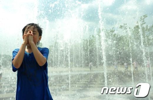 [사진]분수에서 도 닦는 어린이(?)