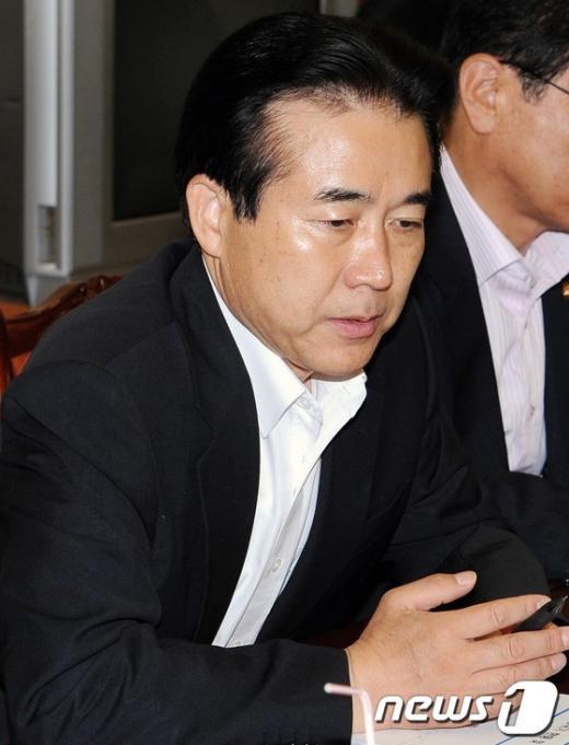 [사진]경제상황 점검하는 나성린 정책위 부의장