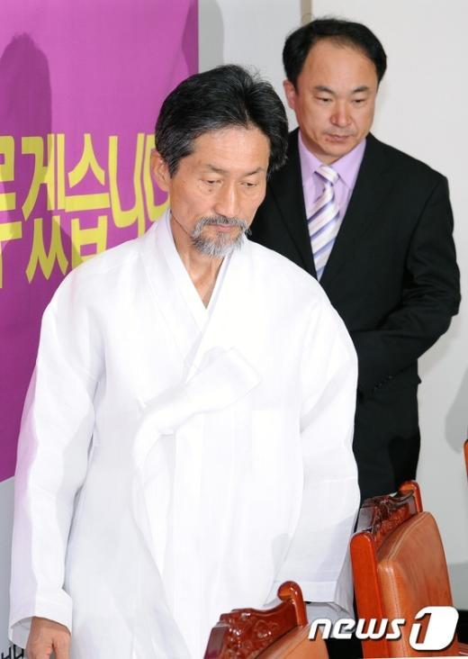 [사진]회의장 들어서는 강기갑-권태홍