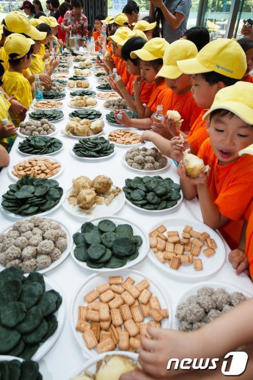 [사진]전쟁음식 체험하는 유치원생들