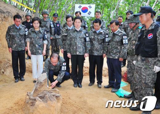 [사진]유해 발굴 현장에 헌화하는 황우여 대표