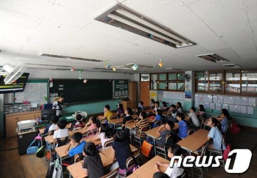 [사진]'정전대비 훈련' 절전교육 받는 학생들