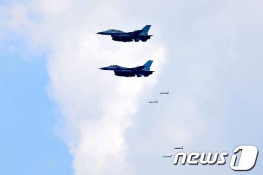 [사진]폭탄 투하하는 KF-16