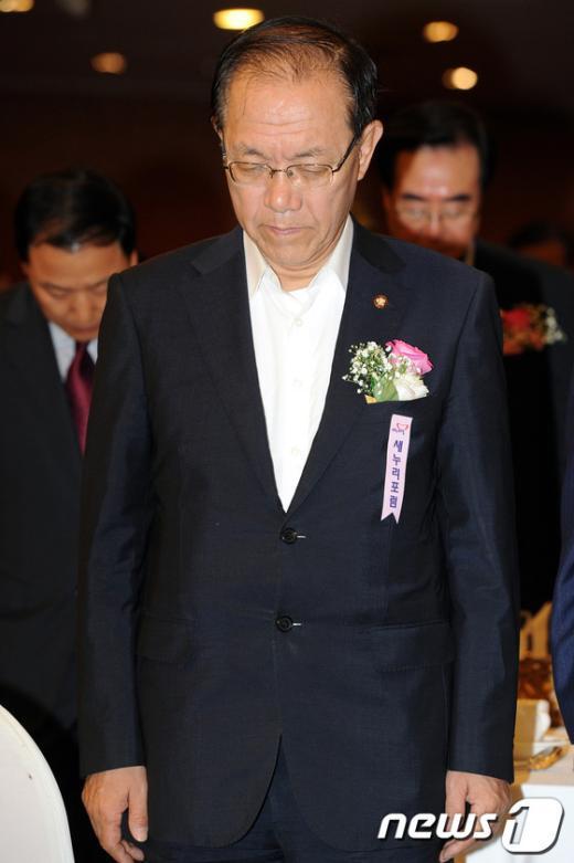 [사진]묵념하는 황우여 대표