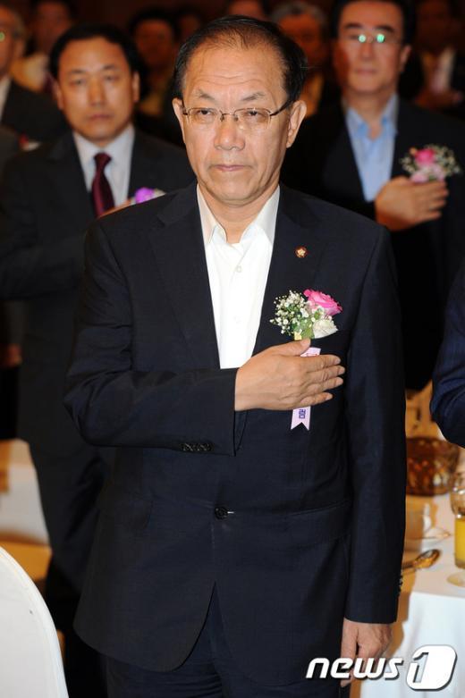 [사진]국민의례하는 황우여 대표