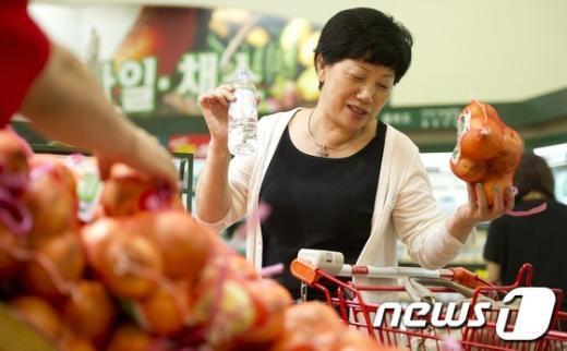 [사진]'폭등한 채소가격, 안살수도 없고'