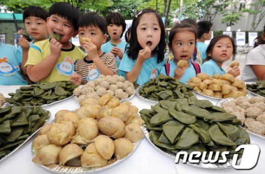 [사진]6.25음식 체험하는 어린이들