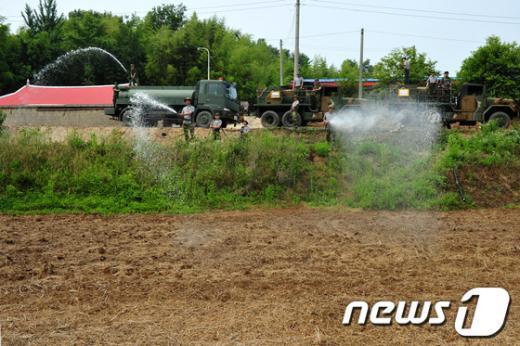 [사진]군부대 동원된 가뭄 물대기 작업