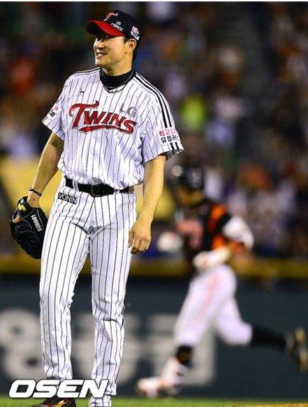 LG의 이번 시리즈 중 가장 큰 피해는 봉중근을 잃은 것이다. 지난 22일, 봉중근이 강민호에게 동점 2점 홈런을 허용한 후 허탈한 표정을 짓고 있다.ⓒOSEN