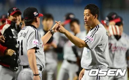 지금부터가 이 둘의 리더쉽이 가장 필요한 시기이다. 21일 한화전 승리 후, 승리의 세레모니를 하고 있는 김기태 감독과 주장 이병규. ⓒOSEN