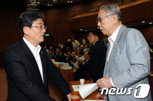 [사진]대화하는 이한구 원내대표와 이철승 의장