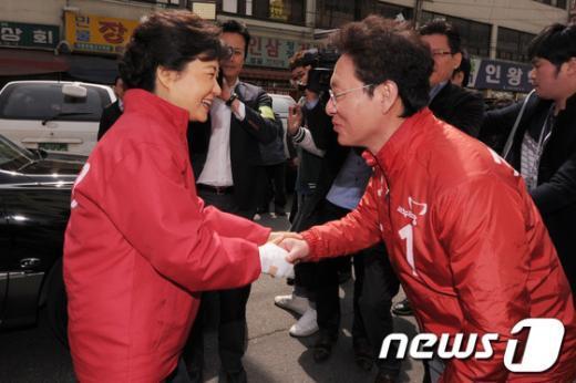 박근혜 새누리당 전 대표가 지난 3월 31일 오전 서울 서대문구 인왕시장을 찾아 정두언 의원의 지원유세에 나섰다.  News1 이동근 인턴기자