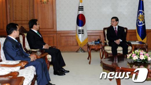 [사진]강기정 의원과 가뭄 관련 대화 나누는 김황식 총리