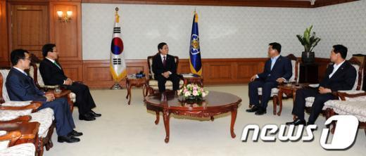 [사진]민주통합당 의원들과 가뭄 피해 관련 대화 나누는 김황식 총리