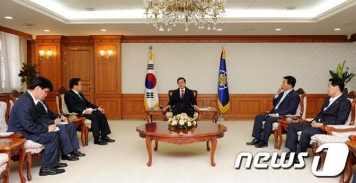 [사진]김황식 총리, 가뭄 피해 관련 민주통합당 의원들 접견