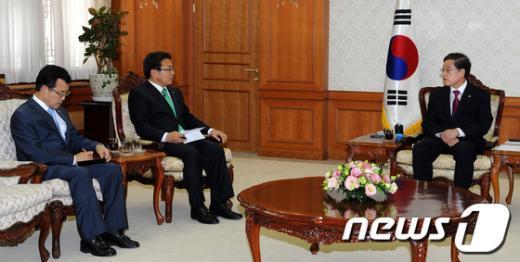 [사진]강기정 의원과 가뭄 피해 관련 대화하는 김황식 총리
